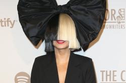 (фото) Sia показала свой обнаженный снимок раньше укравших его хакеров